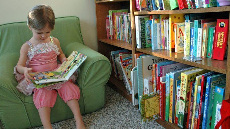 Tủ sách gia đình nhà bạn đã hợp lý với tuổi của con chưa?