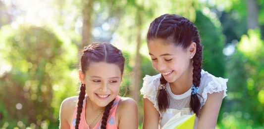 Đọc sách hè_danh mục sách tiếng ANh hay cho trẻ lớp 5, lớp 6 (Ảnh: Parents Magazine)