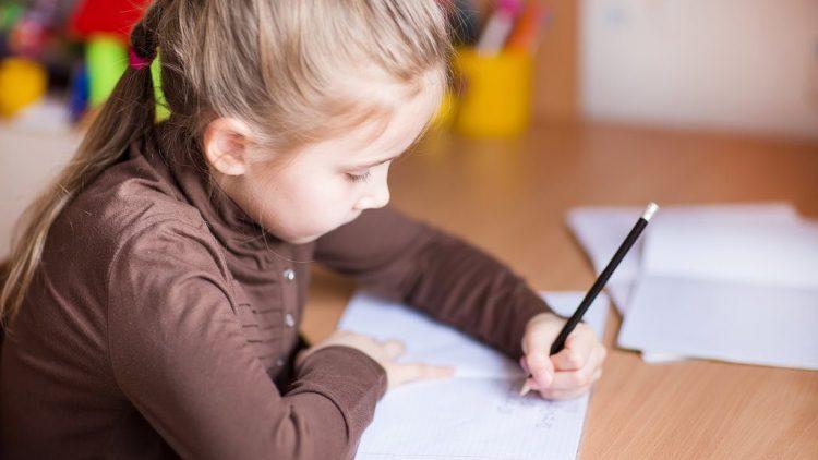 Con thuận tay trái: Có nên rèn trẻ viết tay phải?