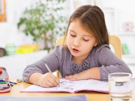 Giúp trẻ lớp 3 đến lớp 5 xử lý bài tập về nhà (Ảnh: Parents Magazine)