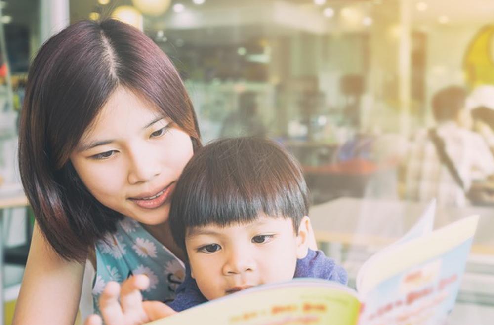 Cách chọn sách để đọc cho trẻ sơ sinh tới lớp 3 (Ảnh: Mummyfique)
