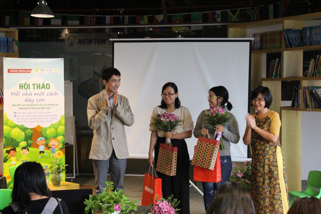 Đại diện CTH Edu và đại diện APAX English cùng cảm ơn hai diễn giả của hội thảo