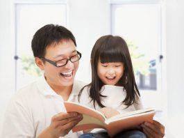Điều gì xảy ra trong não trẻ khi bạn đọc sách cho con? (Ảnh: Home & Decor Singapore)