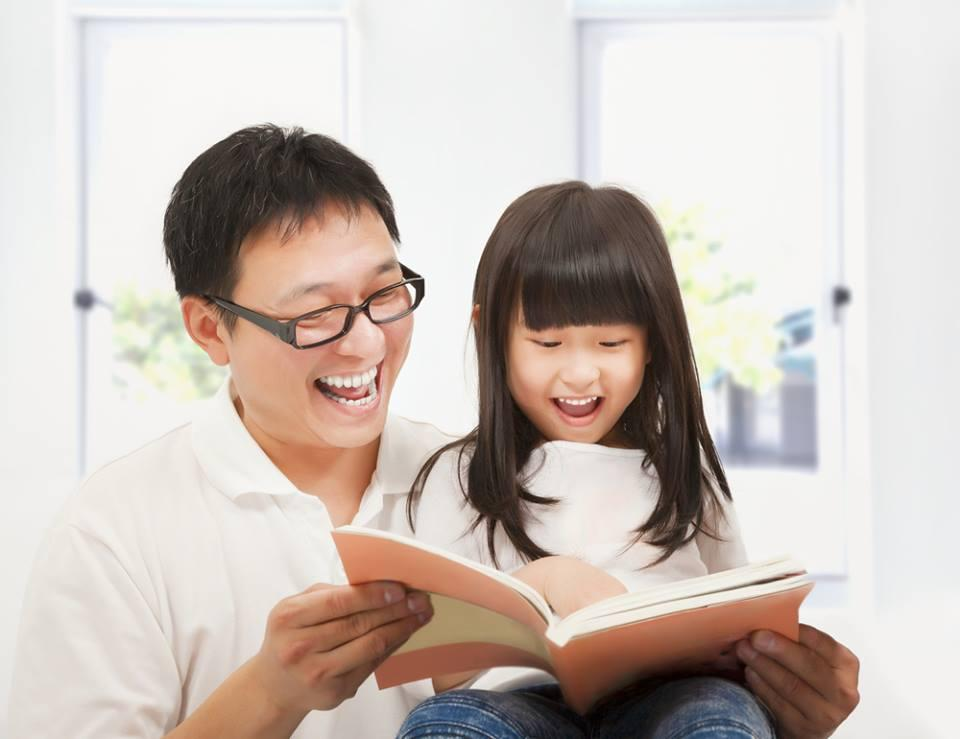 Điều gì xảy ra trong não trẻ khi bạn đọc sách cho con?