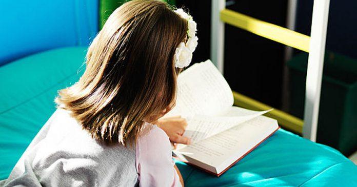 Đọc sách giúp cha mẹ nói với con về chủ đề khó như thế nào? (Ảnh: Care)