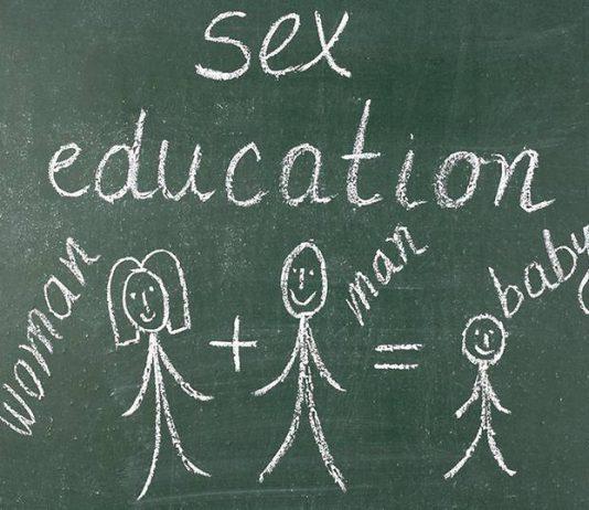 Dạy trẻ về giới tính theo từng độ tuổi như thế nào? (Ảnh: Smart Parents)