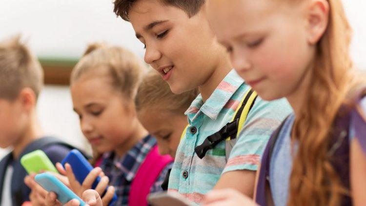 Tuyệt chiêu để trẻ mê công nghệ làm việc nhà