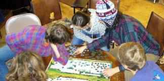 Đồ chơi ghép hình - thứ giúp con chơi mà học nhất định phải có trong nhà (Ảnh: Artaxerxes/Creative Commons via We Are Teachers)