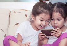Độ tuổi thích hợp cho con dùng smartphone là khi nào? (Ảnh: Smart Parents)