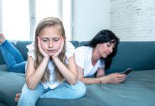 6 cách làm gương thói quen xem điện thoại tốt cho trẻ (Ảnh: Protect Your Kids)