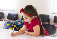 Cha mẹ Ấn tạo động lực cho con như thế nào? (Ảnh: Motherhood Diaries)