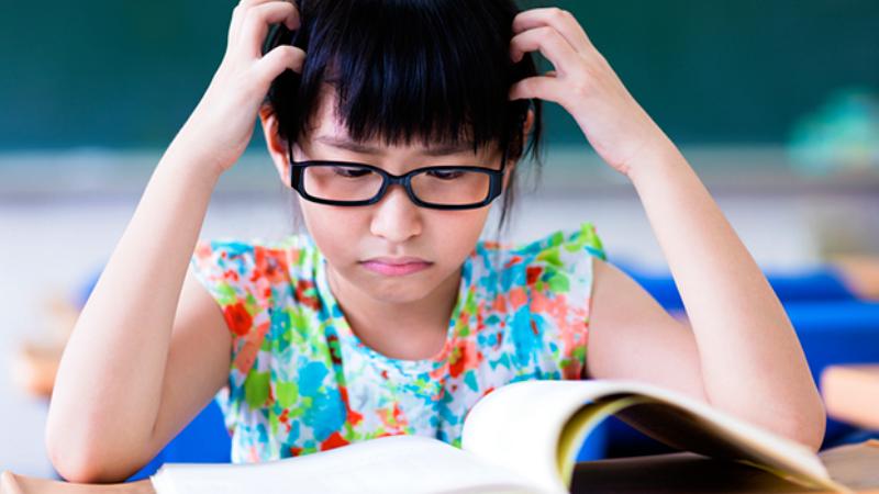 """Bạn sẽ làm gì khi trẻ nói: """"Con ghét đọc""""? (Ảnh: We Are Teachers)"""