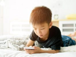 Sử dụng quá nhiều điện thoại thông minh, trẻ sẽ… mọc sừng? (Ảnh: FirstCry Parenting)