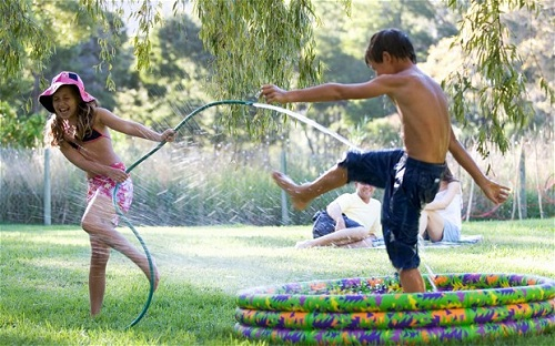 Trò chơi với nước (Ảnh: PopSugar via Afamily)