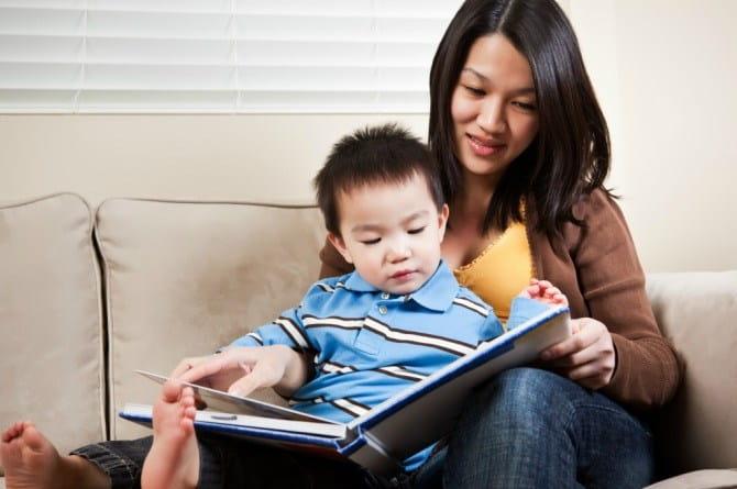 Tại sao trẻ thích bạn đọc nhiều lần một cuốn sách? (Ảnh: The Asian Parent)