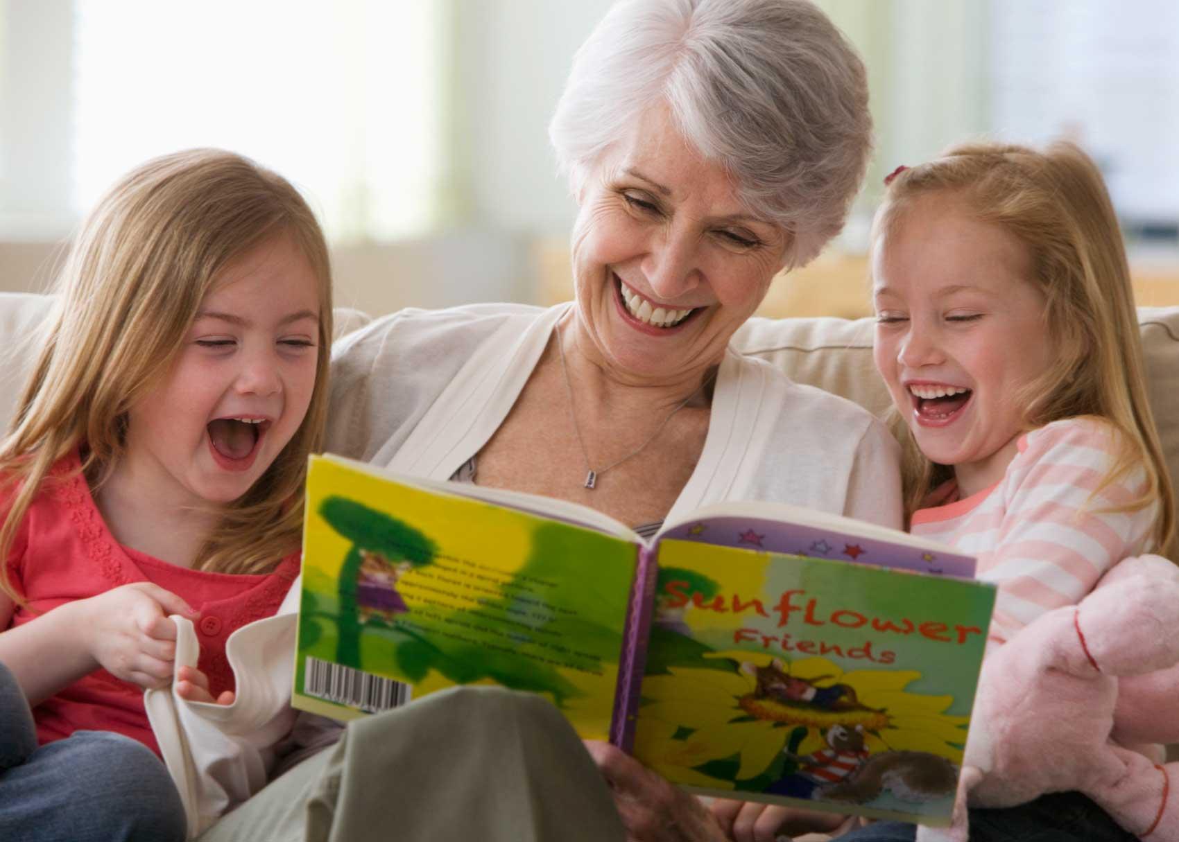 25 hoạt động giúp bé 0-11 tuổi đọc sách thật vui (P1) (Ảnh: Brightly)