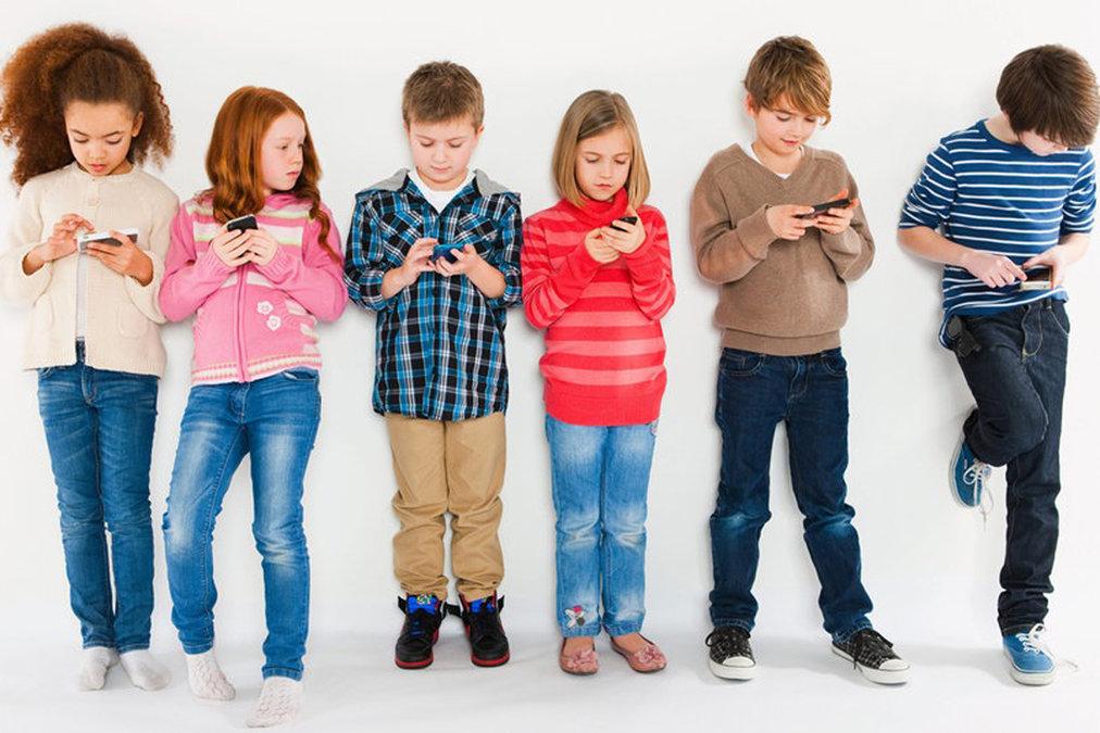 Độ tuổi thích hợp cho con dùng smartphone là khi nào? (Ảnh: Roqos Blog)