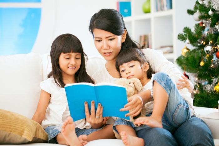 Cách chọn sách để đọc cho trẻ sơ sinh tới lớp 3 (Ảnh: Medical News Today)