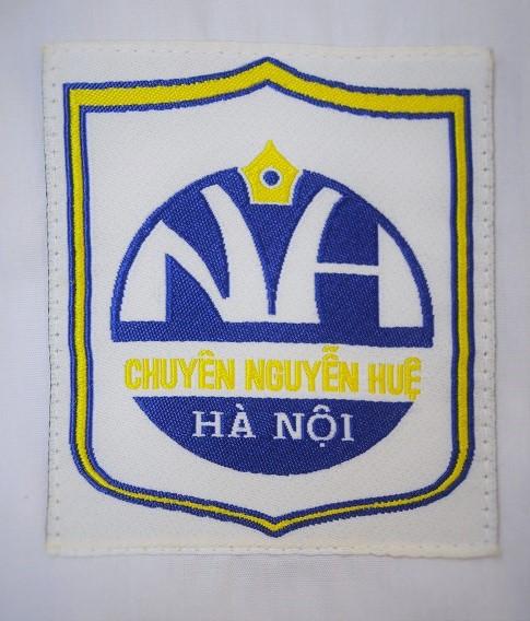 Logo trên áo đồng phục HS trường THPT Chuyên Nguyễn Huệ - Hà Đông (Ảnh: CNH Spotlight)