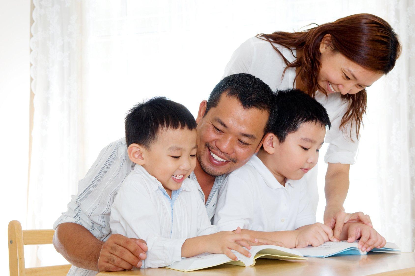 Điều gì xảy ra trong não trẻ khi bạn đọc sách cho con? (Ảnh: everydayfeminism.com)