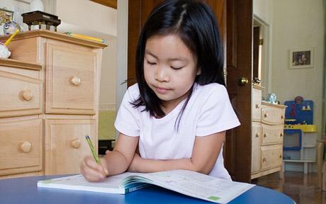Giúp trẻ lớp 3 - lớp 5 xử lý bài tập về nhà (Ảnh: The Telegraph)