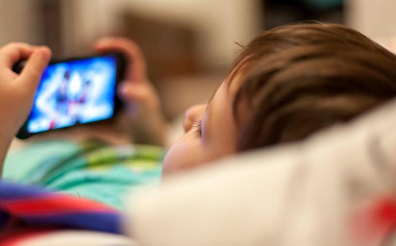 Độ tuổi thích hợp cho con dùng smartphone là khi nào? (Ảnh: BGR India)