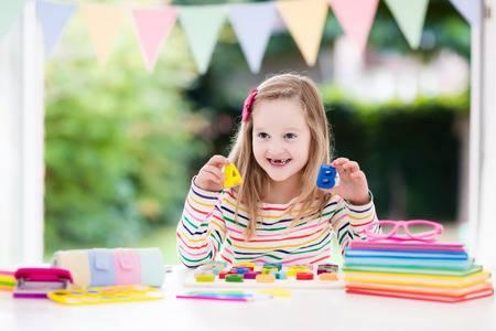 Bí quyết giúp trẻ hào hứng hoàn thành bài tập về nhà (Ảnh: 123RF.com)