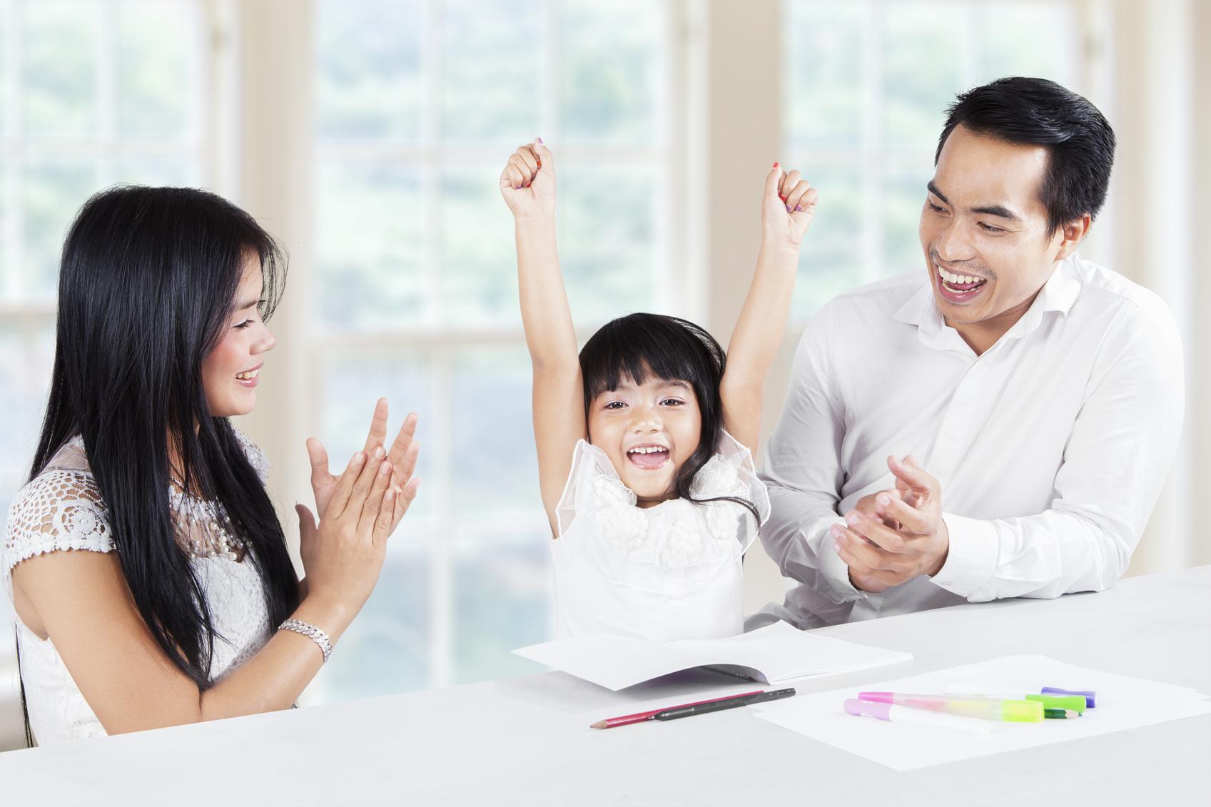 Khen ngợi con thế nào cho đúng (Ảnh: ParentMap)