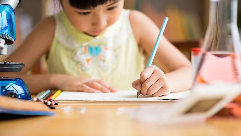 Làm thế nào để xử lý thói quen trì hoãn của trẻ? (Ảnh: Smart Parents)