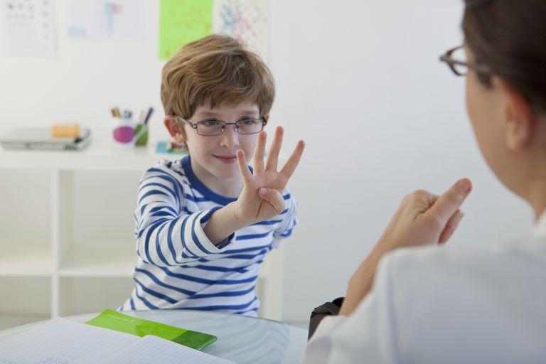 Cha mẹ giúp trẻ xử lý bài tập về nhà: Từ mẫu giáo tới lớp 2 (Ảnh: Verywell Family)