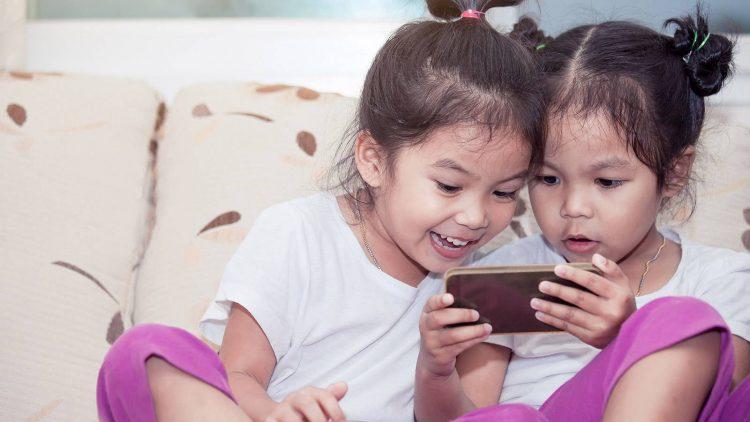 Độ tuổi thích hợp cho con dùng smartphone là khi nào?