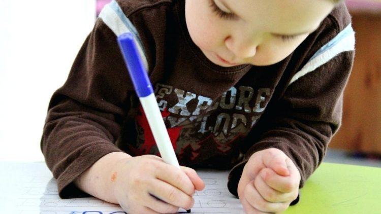7 cách giúp bé 2 tuổi làm quen với kỹ năng viết