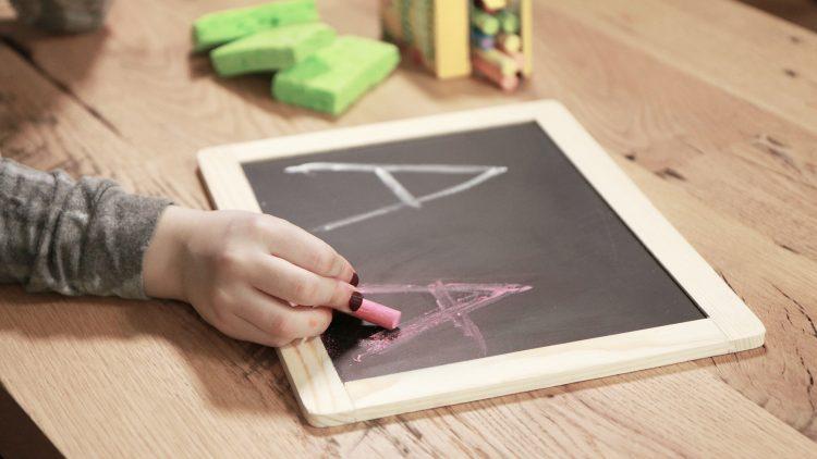 Thêm 3 kỹ thuật đa giác quan dạy con viết chữ
