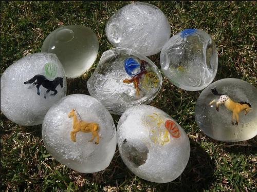 Trò chơi mùa hè cho bé - trò chơi với nước (Ảnh: PopSugar via Afamily)