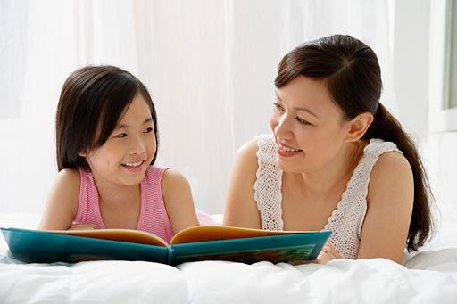 Điều gì xảy ra trong não trẻ khi bạn đọc sách cho con? (Ảnh: tinmoi.vn)